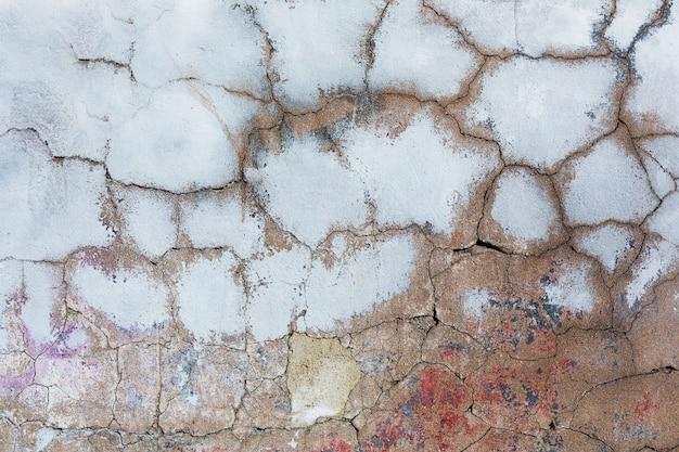 Concreto rachado velho com resíduos de tinta