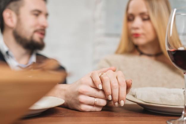 Concurso casal apaixonado, de mãos dadas