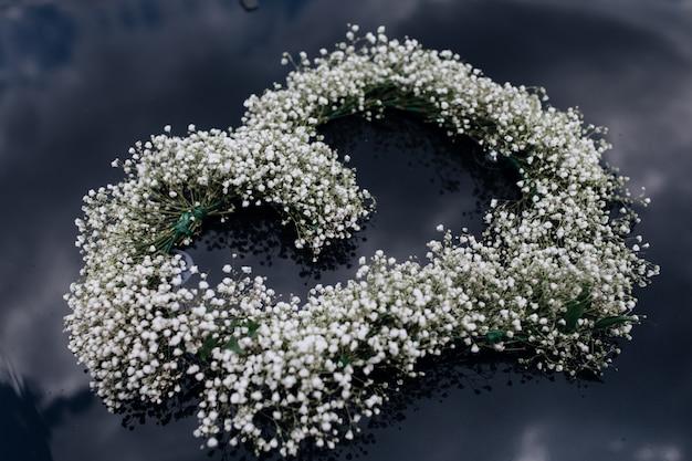Concurso coroa de gypsophila no pára-brisas do carro