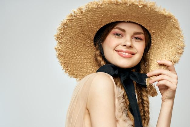 Concurso de boneca vintage imagem de uma jovem garota em um vestido transparente e com um chapéu, uma boneca viva