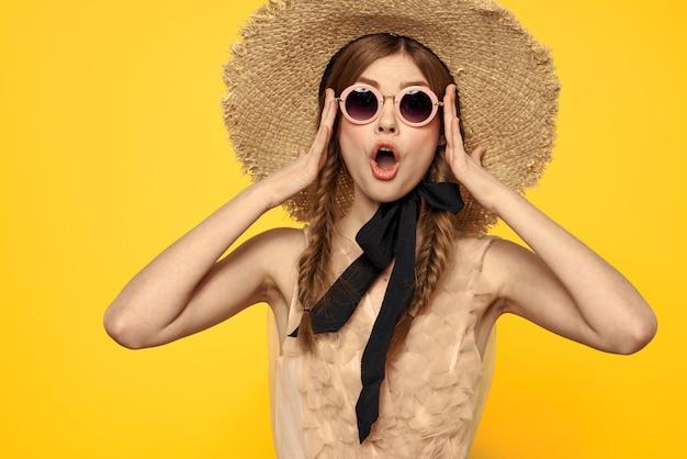 Concurso de boneca vintage imagem de uma jovem garota em um vestido transparente em uma parede amarela, concurso imagem de primavera