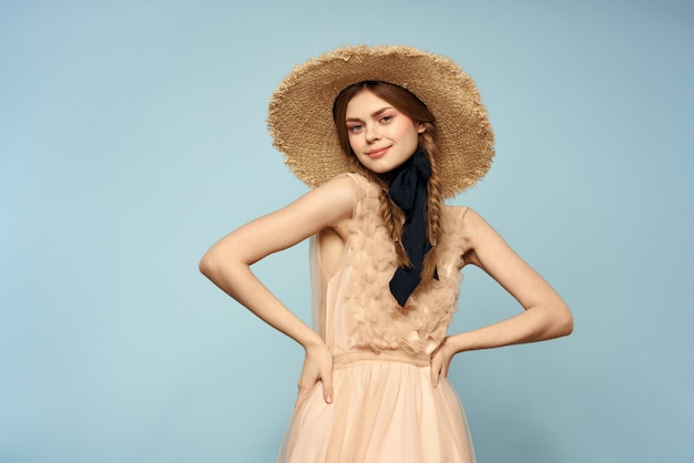 Concurso de boneca vintage imagem de uma jovem garota em um vestido transparente em uma parede azul, concurso imagem de primavera