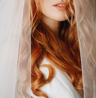 Concurso lábios e pele de noiva encantadora com cabelo encaracolado vermelho
