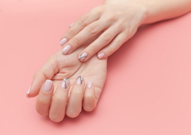 Concurso mãos com manicure nude perfeito em rosa pastel