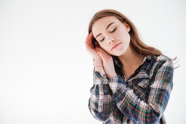 Concurso mulher com olhos fechados em pé e tocando seu rosto