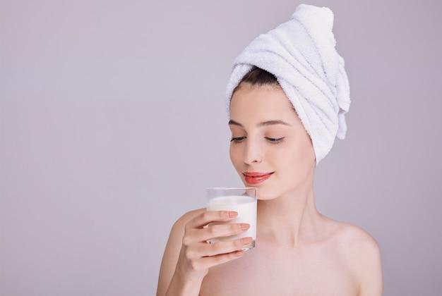 Concurso mulher gosta de um copo de leite.