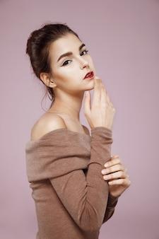 Concurso mulher posando de perfil na rosa
