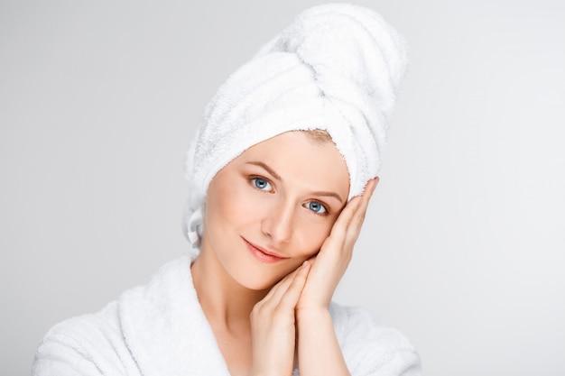 Concurso mulher sorridente, tocando o rosto limpo