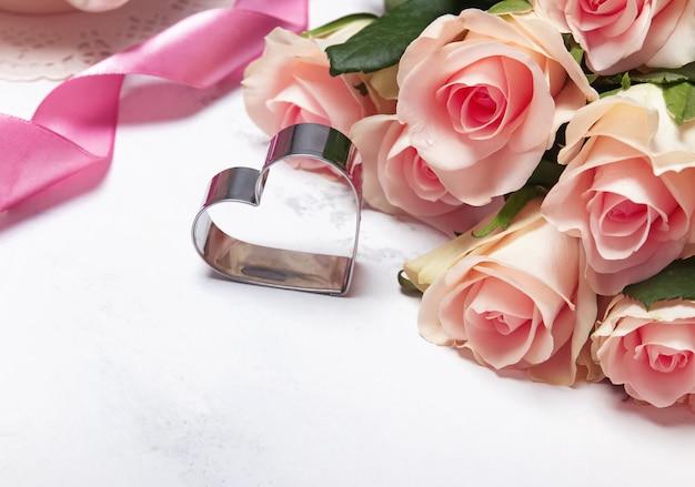Concurso rosas e coração em forma de cortador de biscoitos close-up