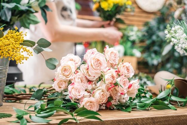 Concurso rosas na mesa de trabalho da florista
