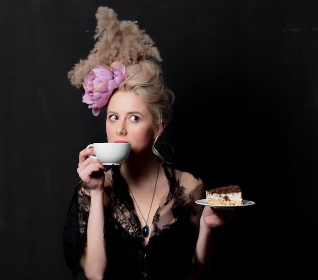 Condessa loira bonita com bolo e copo