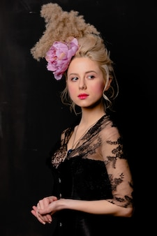 Condessa loira bonita com penteado vintage e espartilho