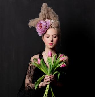 Condessa loira bonita com tulipas