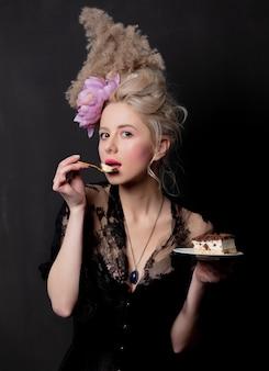 Condessa loira bonita com um bolo