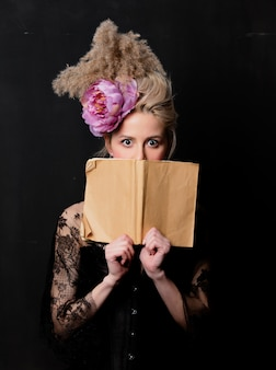Condessa loira bonita com um livro Foto Premium