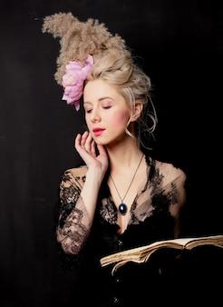 Condessa loira bonita com um livro