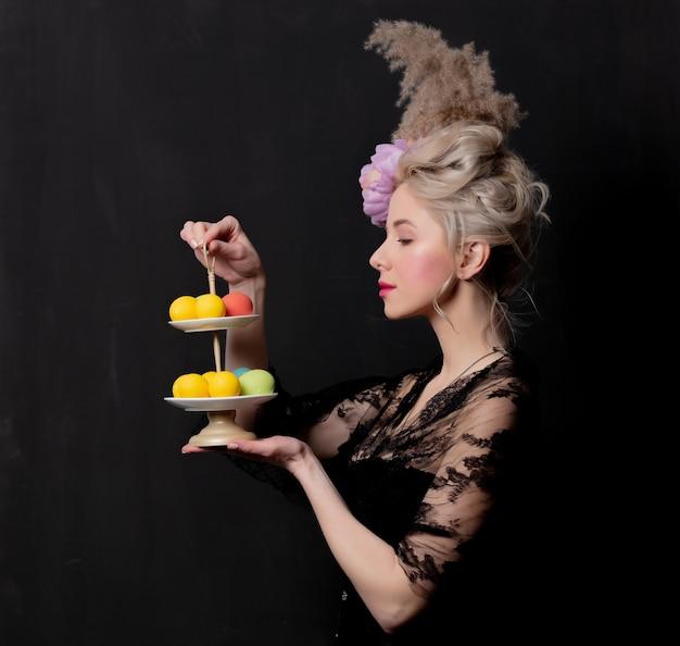 Condessa loira bonita com um ovos de páscoa