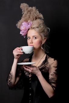 Condessa loira bonita com uma xícara de chá