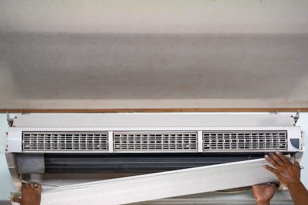 Condição de ar condicionado técnico para limpar e reparar na temporada de verão