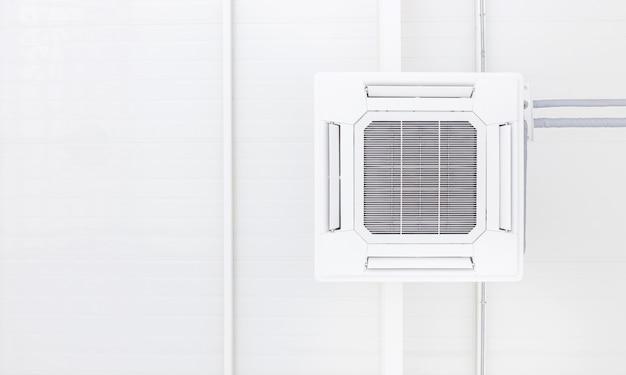 Condição de ar de teto com espaço de cópia de fundo branco e pi