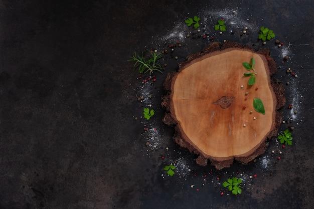 Condimentos e especiarias na placa de madeira redonda.