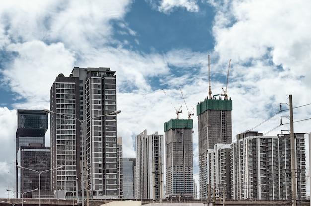 Condomínio e construção de prédio com céu azul no centro