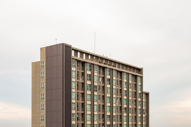 Condomínio moderno no céu da manhã