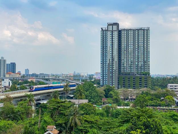 Condomínios próximos à estação de metrô bang wa em bangkok