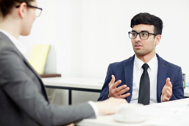 Condução de negociações na sala de reuniões