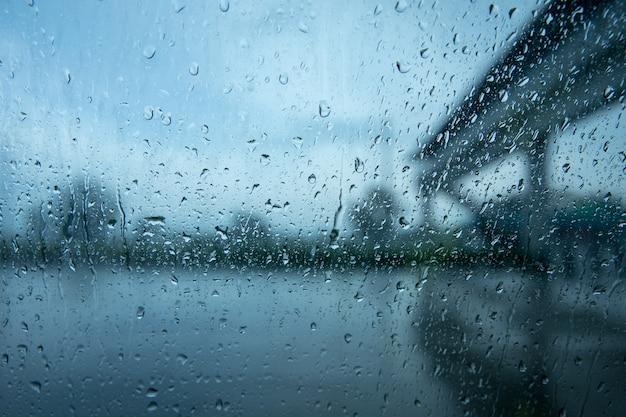 Condução em chuva forte, especialmente em torno de veículos. chuva em uma janela de carro.