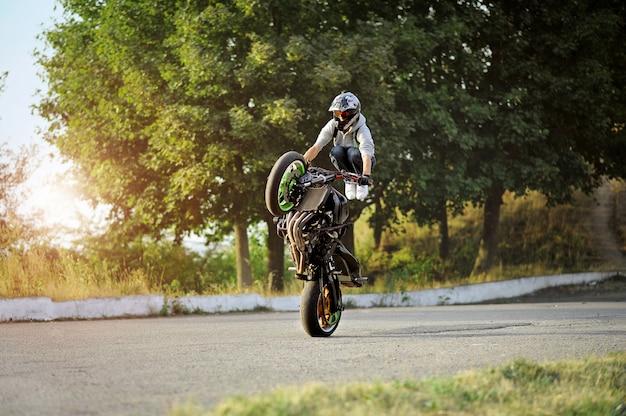 Condução extrema de motocicleta no verão