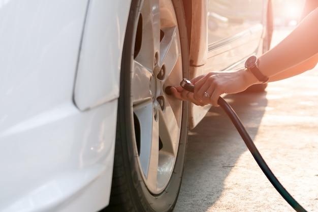 Condutor de enchimento de ar em um pneu de carro, inflação do pneu