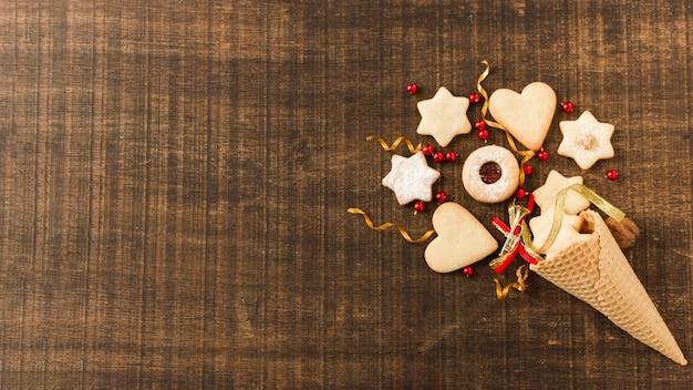 Cone de açúcar decorado com biscoitos