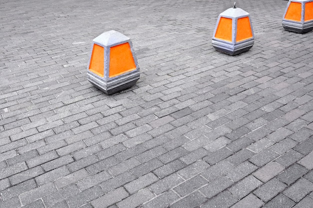 Cone de aviso sobre a proibição de entrar na cor laranja na calçada.