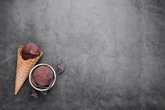 Cone de espaço para texto com uma colher de sorvete de chocolate