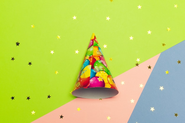 Cone de festa em um bloco de cores vibrantes