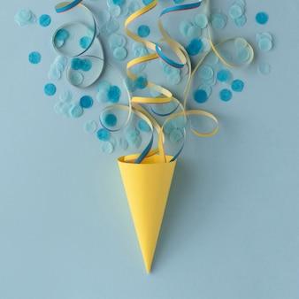 Cone de papel de sorvete e confete