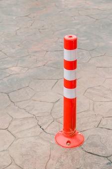 Cone de tráfego, amarração de laranja na estrada no estacionamento
