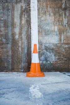 Cone de tráfego contra a parede