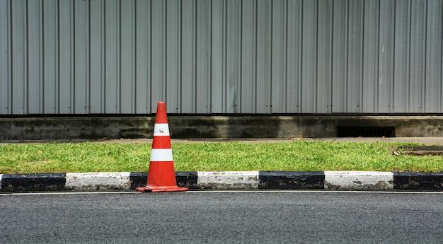 Cone de tráfego laranja na estrada de asfalto
