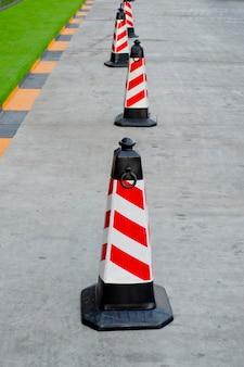 Cone de tráfego vermelho e branco cores