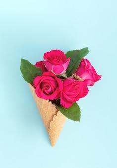 Cone de waffle com buquê de rosa linda