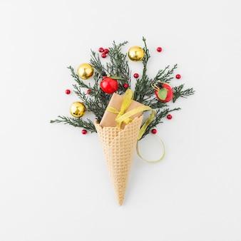 Cone de waffle com caixa de presente e decorado galho de coníferas