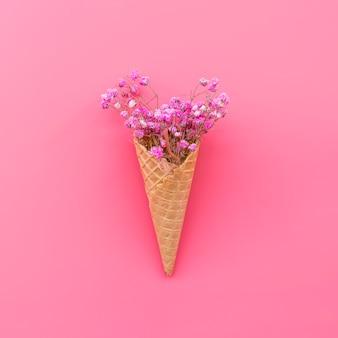 Cone de waffle com flores rosa