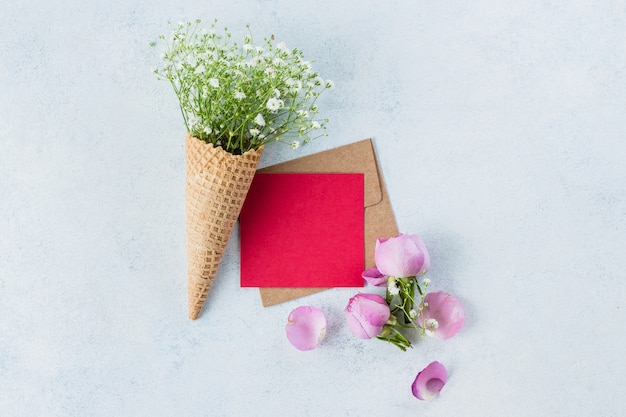 Cone de waffle com gypsophila e cartão