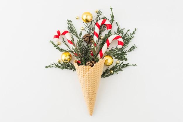 Cone de waffle com ramos e enfeites