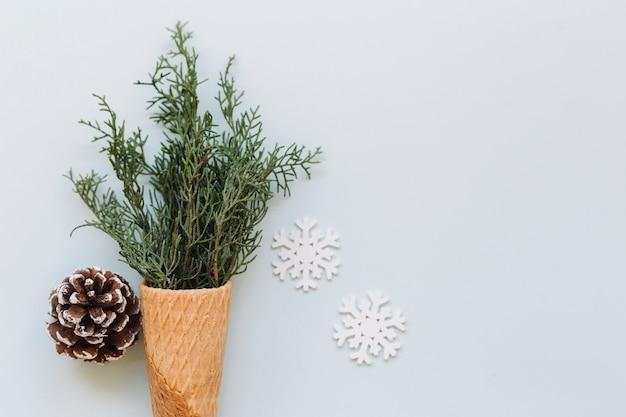 Cone de waffle com ramos verdes e cone