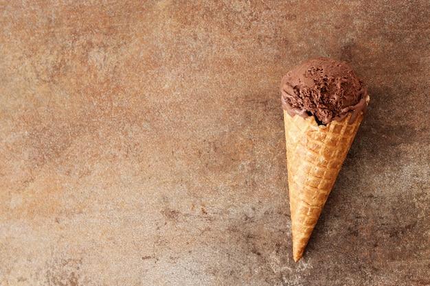 Cone de waffle com sorvete de chocolate
