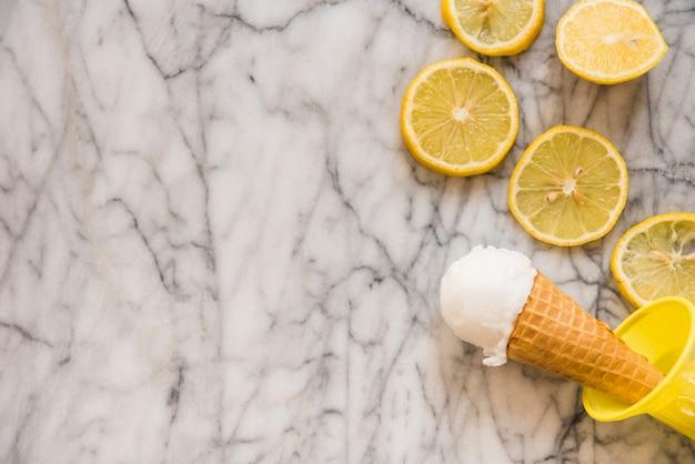 Cone de waffle com sorvete perto de frutas frescas