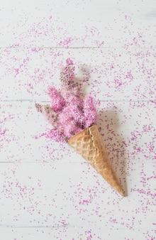 Cone de waffle com uma rosa flores em branco